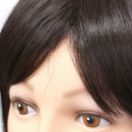 既製品は毛の立ち上がりもないため、分け目がのっぺりとしてします。